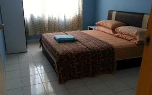 Ini bilik sama tapi ada selimut dan 2 tuala, dalam bilik ni ada almari baju dan almari solek & meja sisi