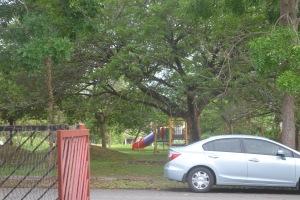 Buka sahaja pintu pakar dah taman mainan kanak-kanak. Anda boleh pantau mereka bermain dari rumah sahaja.